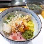 147416019 - 愛のバクダン(ハーフ¥748)。マグロ・イカ・キムチ・納豆・たくあん・めかぶなど11種の具材!