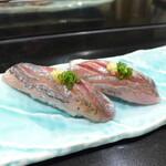 147416036 - あじ(2貫¥550)。青魚の旨味が凝縮、銀の背中も美しく