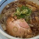 らーめん いろは - 料理写真:醤油ラーメン。深みある鶏ガラスープ。背脂が風味の深みを演出する。