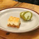 ザ バーガー ショップ - さらにおかわり。チーズケーキ3個と抹茶ロールケーキ2個。チーズケーキ暴走!