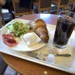 新橋珈琲店 - ◆クロワッサンモーニング(450円ですがアイスコーヒーは20円加算で、470円)・・5分もかからず提供されました。