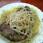 14744808 - スパゲッティをお肉にのせる。