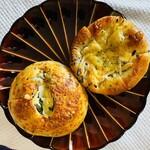 パン工房 リップカレント - 料理写真:左: ほうれん草とチェダーチーズのベーグル 右:ごぼうサラダ
