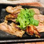 春吉三丁目鉄板バルTABELI - 地鶏の炭火焼き
