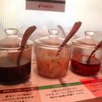 トゥッカーノグリル&バー - 卓上にある3種類のソース