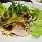 源烹輪 - 茹で美明豚のバラ肉と生野菜のニンニク醤油ソースがけ