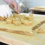 佐藤屋 - わらび餅も一つ一つ手で切っていくからこその味のある形に仕上がります。