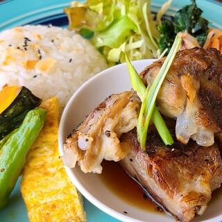 健康を意識した豊富な種類の料理。