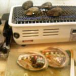 鰓呼吸 - 踊らなかったので、鮑を1つサービス。 コンロ上は焼き蛤