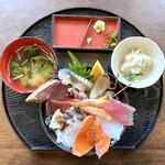 渥美の丼屋 まるみ - 料理写真:・海鮮丼 中盛り 1,140円/税抜