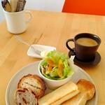 8CAFE - 料理写真:パン盛り合わせモーニング 誰かに作ってもらう朝ごはんは幸せだ…♡