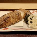 古今 - 日替り膳 この日は真鱈の唐揚げ 花レンコンの甘酢漬けと、蕗の葉の煮物を添えています。