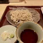 古今 - 長野県茅野市で手打ちにされた蕎麦を、冷蔵便で翌日に到達した物をお店で茹でるそうですが、これが美味しいのです♪ 香りも良くコシもあります。 蕎麦つゆも出汁の風味も良く良い塩梅。