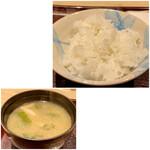 古今 - ご飯は長野県産のコシヒカリ、粘りがあり艶々として甘みもあります。 味噌汁はしめじとワカメ、こちらもカウンター前で出来立てで熱々です。