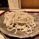 古今 - 長野県茅野市で手打ちにされた蕎麦を、冷蔵便で翌日に到達した物をお店で茹でるそうですが、これが美味しいのです♪ 香りも良くコシもあります。