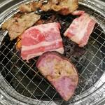 以楽亭 - 手前のはさつまいも(紫芋) カルビと重ねて食べてみた美味!