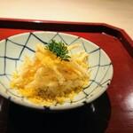 147534116 - 白魚の天ぷら、自家製唐墨のパウダー、木の芽、天ぷらの下に飯蒸し、煮えばなかな