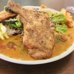 curry&quiche&bar たかおかcafe - 骨付きもも肉 表面のスパイスもいい!
