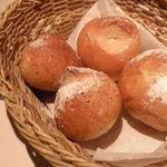 14755202 - パリッと焼き立てパンとオリーブオイル