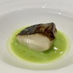 147552406 - 鰆の炭火焼き                       イタリア産の野菜(名前を失念しました)を使った緑のソースに甘みがあり、ふっくらとした鰆にとても合います。                       鰆の火入れは完璧、しっとりとしてとても良い味です。