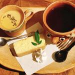 147557661 - ほうじ茶プリン付きケーキセット、真上から!