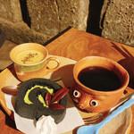 147557665 - ほうじ茶プリン付きケーキセット(黒炭ロールケーキ)