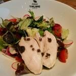 147561352 - オリーブの刻んだものがトリュフオイルに漬け込まれて、サラダに。バルサミコ酢にもトリュフ香。ささ身とよく合います!
