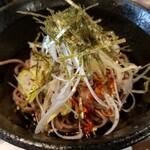 西日暮里酒場 串まる - 食べるラー油味のソバ