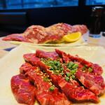 焼肉かまくら本店 - (手前)ハラミ 、(奥)はみ出しハラミ 柔らかいお肉!