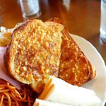 147573561 - 香ばしく甘くて美味しいアーモンドバタートースト。