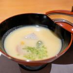 147586367 - 白味噌のお椀、 海老芋、 金時人参、 蓬餅