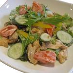 ハーフェズ - サラデ モルグ     \900(チキンと野菜を加えたクリーミーなソースのサラダ)
