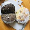 クラウドナインベーカリー - 料理写真:左が黒ゴマパン、右がリュスティックハーブチーズ