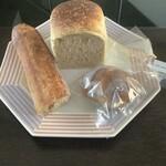 カマクラ 24セッキ - 食パン(上)、記念のパン(右下)、オリーブのバゲット(左下)