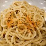 中華そば 笑歩 - お店オススメの食べ方(つけそばの麺に七味唐辛子を掛けて)