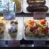 実りの季 - 料理写真:ショーケースですが。大エクレアが126円・・・。