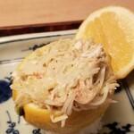 147642906 - ①檸檬(広島県高根島産)釜の蒸し蟹(京都府間人産)寿司                       蓋の檸檬を絞って果汁たっぷり掛けます                       穏やかな酸味と落ち着いた甘みの檸檬果汁がずわい蟹の旨みにマッチしています