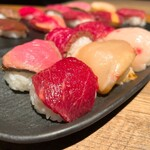 炙り肉ずし酒場 肉笑門 - 肉寿司盛り合わせ5種 880円       馬寿司盛り合わせ5種 980円       てまり寿司 6貫 880円