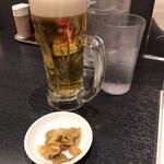 東京五十番 - 晩酌セット(980円)のビールと搾菜