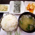 チェゴヤ - 【ランチ】 プルコギのおかずには、韓国海苔とカクテキ、もやしのナムルが付く。味噌汁は和風です