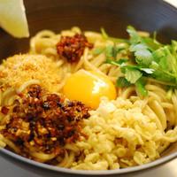 湖麺屋 リールカフェ - アジアンリゾートをイメージした、湖麺屋 Reel Cafe 流のまぜソバ。特製肉味噌と数種類のトッピングを太麺にからめてどうぞ。