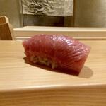 147664195 - 山口県仙崎のマグロ中トロ 赤酢                       私が、「この中トロ、とろけますね!」そうつぶやくとご主人笑顔で、「トロだからね」さりげなく面白い。                       美味しい中トロには、強烈な筋が付き物です。
