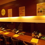 シディーク - 壁際に一列のテーブル