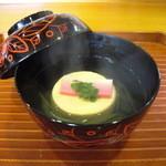 千松しま - 玉子豆腐と蓴菜の椀。紅白の寄せ物と木の芽を添えて…