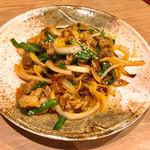 一文無 - 本日の目的の品、牛バラ肉と玉葱の辛味炒め900円