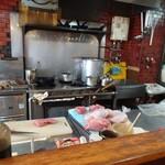 喰いもの屋おおき - 厨房センター。オーダー後、お肉を切り出します。