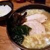 イレブンフーズ 源流 - 料理写真:ラーメン並(830円)+ライス(ランチタイムサービス)