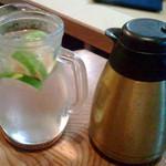14772160 - カボス入り水と熱いお茶(ポット)