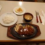 キッチンウェスト - ポークソテー、ライス、味噌汁で1,350円。