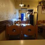 キッチンウェスト - 一番奥のテーブルから玄関。店内入ってすぐがカウンターで、中が厨房。